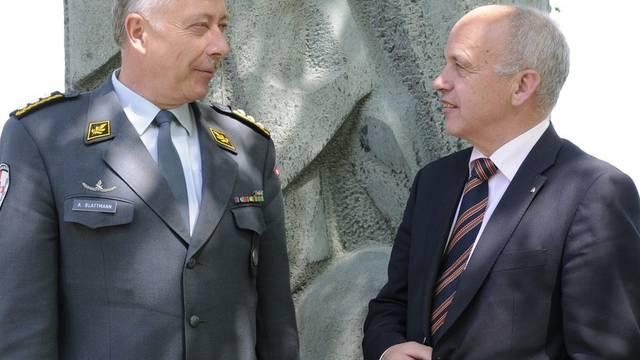 Armeechef Blattmann (l.) hat Bundesrat Maurer stets informiert (Archiv)