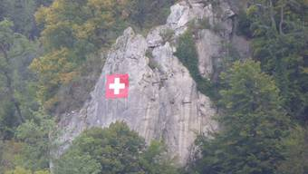 Vom Bahnhof Liestal aus stach die rotweisse Fahne im grünen Wald sofort ins Auge.
