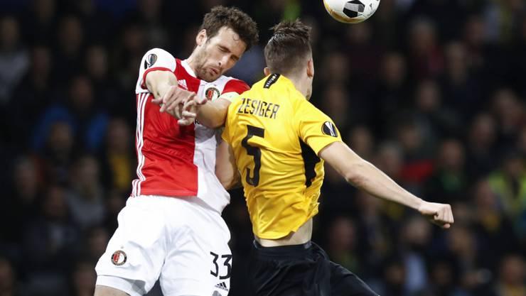 Die Young Boys überzeugten vor allem in der Defensive: Cedric Zesiger im Duell mit Feyenoords Botteghin