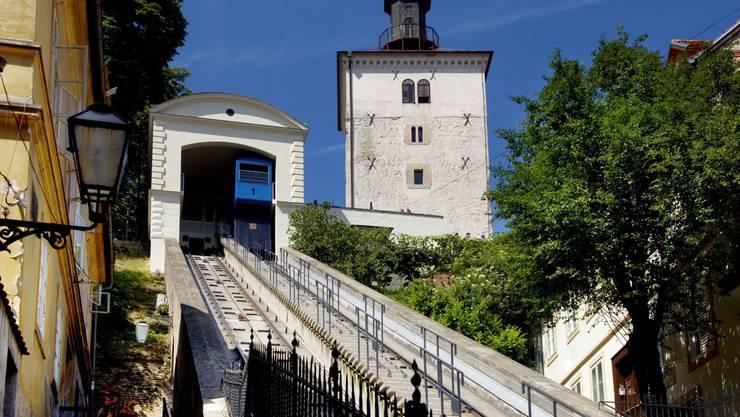 Die Zahnradbahn verläuft zwischen dem Lotrščak-Turm in  der Oberstadt und der Ilica-Strasse in der Stadtmitte.