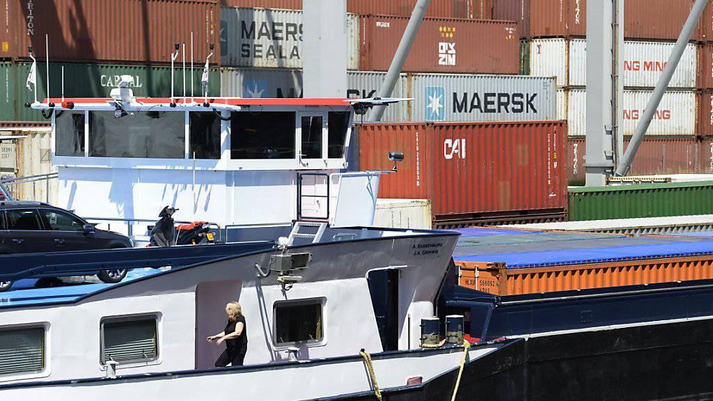 In den Rheinhafen kehrt nach einer viermonatigen Niedrigwasserperiode wieder Normalität ein: Güterschiffe erreichen Basel wieder vollbeladen.