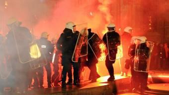 Polizisten und Pyrotechnik bei Anti-FPÖ-Protesten in Wien