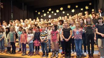 Über 140 junge Sängerinnen und Sänger treten in der vollbesetzten Mehrzweckhalle auf und sorgen für eine packende Darbietung.