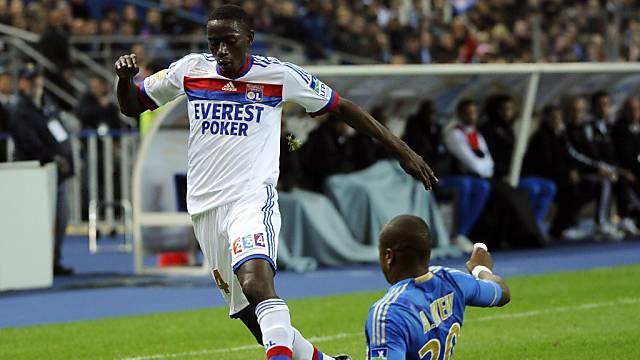 Lyons Mouhamadou Dabo (l.) von Marseilles Andre Ayew gestoppt.