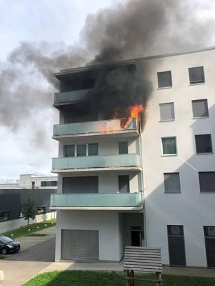 Auf dem Balkon eines Mehrfamilienhauses brach am Dienstagnachmittag ein Brand aus.