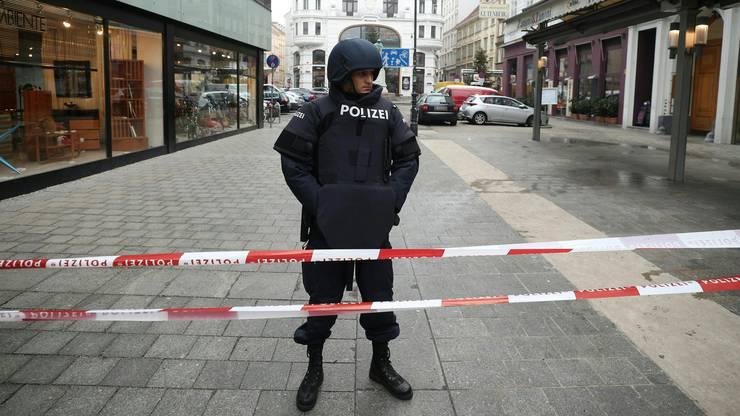 Polizisten waren mit Helmen und schusssicheren Westen postiert.