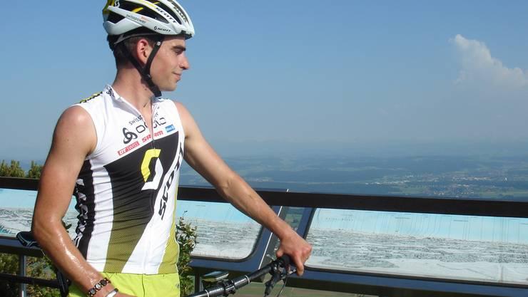 «Wieder vermehrt Freude am Biken finden»: Manuel Fasnacht geniesst die Aussicht von der Roggenfluh nach seiner Trainingspause.mf