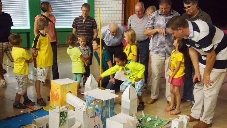 Kinder erklären das Dorf