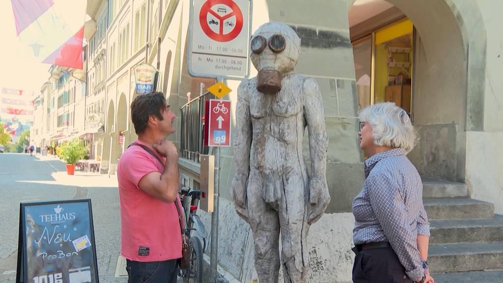 Gasmasken-Skulpturen: Werner Neuhaus' Kunst in Burgdorf wird kritisiert