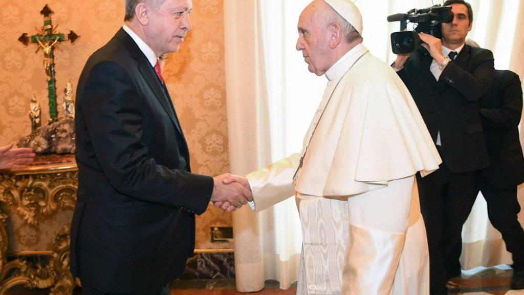 Wurde von Papst Franziskus (r) erstmals zu einer Audienz empfangen: der türkische Staatspräsident Recep Tayyip Erdogan (l).