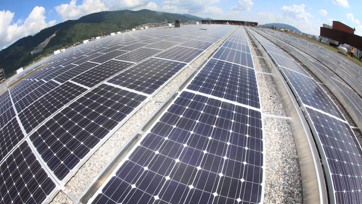 Photovoltaikanlage auf den Dächern der Verteilbetriebe der Migros in Neuendorf.