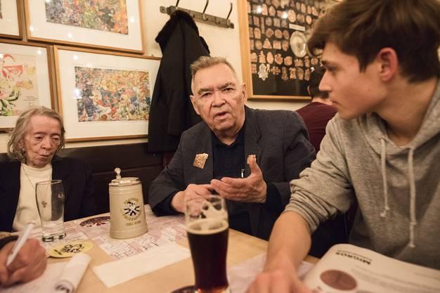 Vogel Gryff kurz vor Schluss in der Rheingasse. Im Restaurant Fischerstube treffen Heini (Altvogelgryffler) und Liam (Partygänger) aufeinander. Photo by Roland Schmid