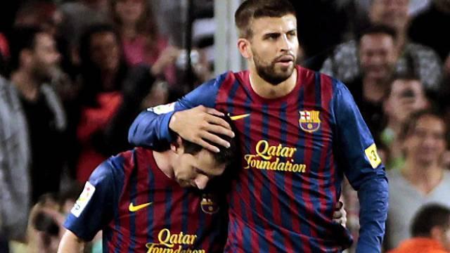 Lionel Messi wird von Gerard Piqué auf ruhige Art gefeiert