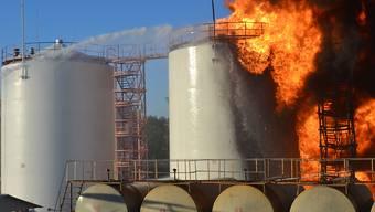 Wenig Wasser, viel Feuer: Die Feuerwehr versucht den Grossbrand im Treibstoffdepot zu löschen