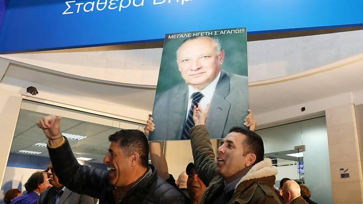 Der amtierende konservative Präsident Nikos Anastasiades kann auf Zypern in den kommenden fünf Jahren weiterregieren. Er erhielt bei der Stichwahl 56 Prozent der Stimmen. Anhänger von Anastasiades versammelten sich im Zentrum der Hauptstadt Nikosia und feierten lautstark den Erfolg ihres Kandidaten.