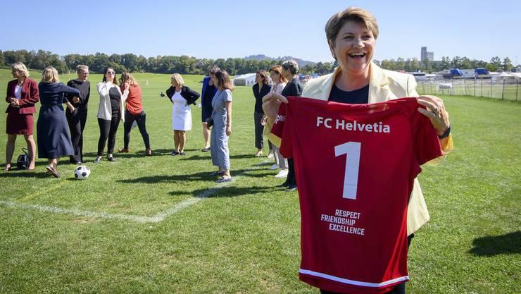 Dem Profisport soll geholfen werden. Auf dem Bild: Sportministerin Viola Amherd mit dem Fussballtrikot des FC Helvetia, des Frauenteams des Parlaments.