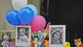 Fotos beim Hauseingang erinnern an die beiden 2012 in einem New Yorker Appartement getöteten Geschwister. (Archivbild)