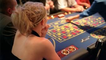 Eine Besucherin des Spielcasinos Luzern beobachtet das Geschehen am Roulettetisch.