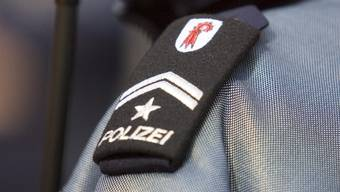Zwei Polizisten wurden von einem schleuderndem Auto erfasst und verletzt. (Symbolbild)