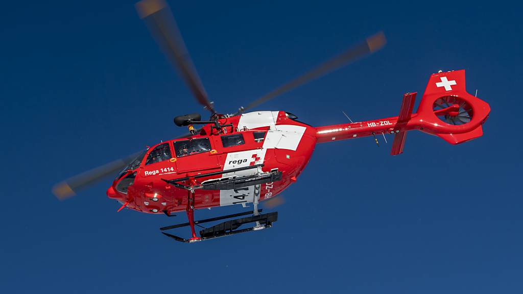 Rega-Helikopter beim Üben für einen Lawinen-Einsatz. (Archivbild)