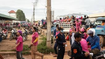 Die Arbeiterinnen treffen bei der Kleiderfabrik ein, wo um 6 Uhr ihr Arbeitstag beginnt.