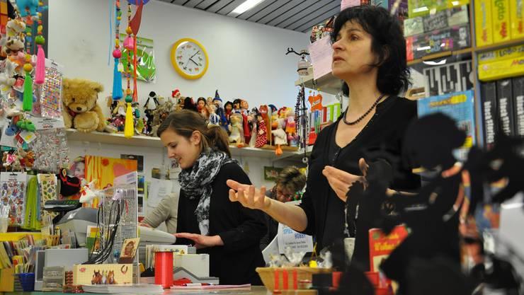 Der kleine Dietiker Spielzeugladen «Spiel und Hobby» muss vor Weihnachten Aushilfspersonal beschäftigen, das gestern Nachmittag alle Hände voll zu tun hatte. Bettina Hamilton-Irvine