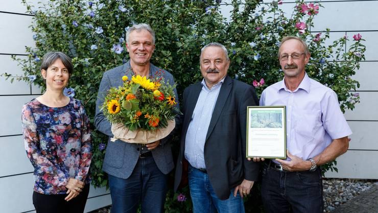 Preisübergabe mit von links: Lisa Eggenschwiler, Thomas Studer, Felix Moppert und German von Burg.