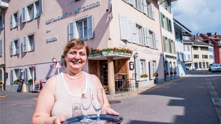 Sonja Wyss vor ihrem Restaurant zum Bären, wo am Wochenende gefestet wird.