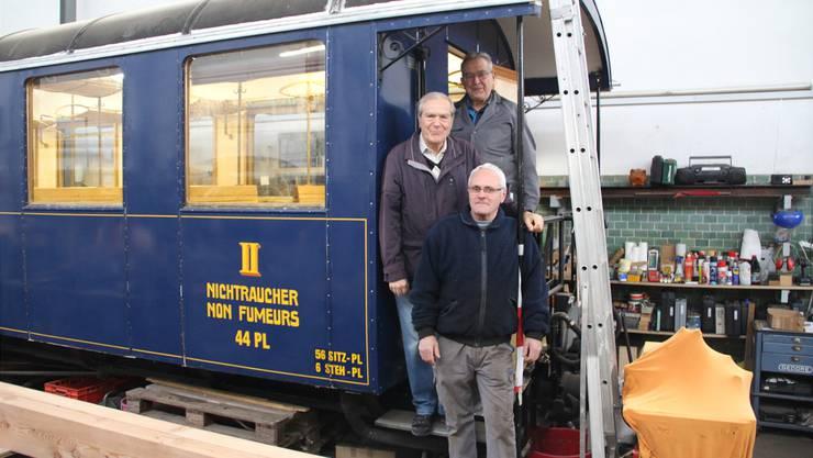 Hans Fellmann (Präsident, hinten), Heinz Unterweger (Kommunikation) und Leo Müller (Vizepräsident, vorne) auf dem Trittbrett des «AB 4453».