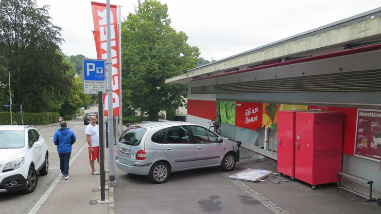 Ein Autolenker fuhr in Binningen in das Schaufenster eines Lebensmittelladens.