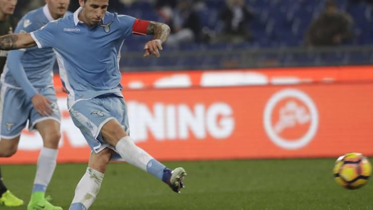 Lazio's Lucas Biglia versenkt den Ball vom Elfmeter-Punkt