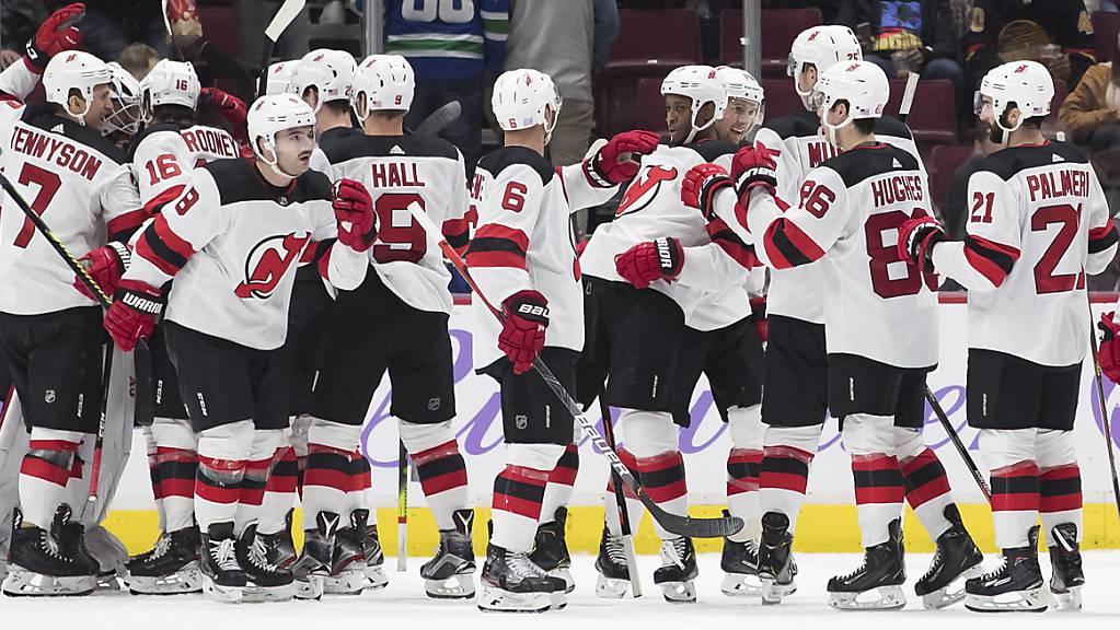 Die New Jersey Devils freuen sich über den Sieg in Vancouver