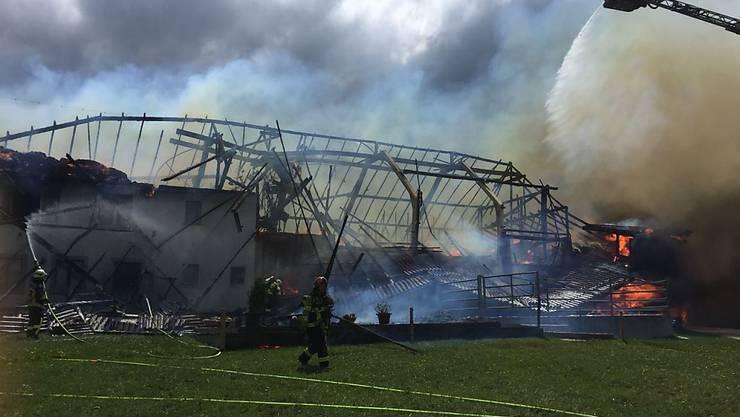 In Alterswil FR ist ein Bauernhaus durch einen Brand vollständig zerstört worden.