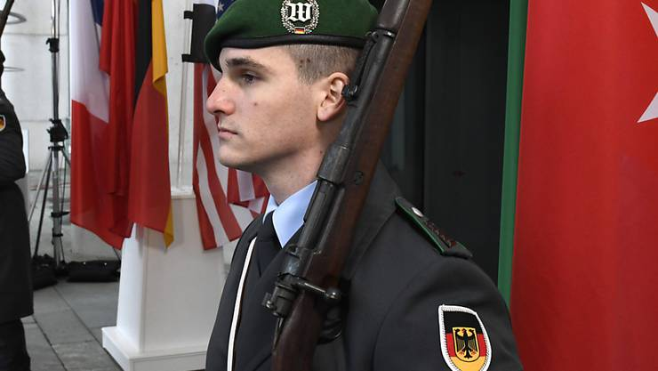 Alles für die Konferenz bereit: Wachsoldaten vor dem Bundeskanzleramt in Berlin.