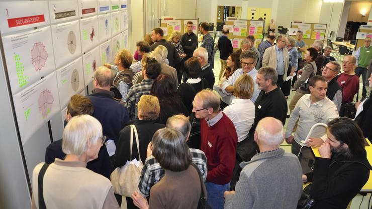 Farbige Klebepunkte machens klar verständlich: 120 Therwiler interessierten sich für ihre Dorfplanung.