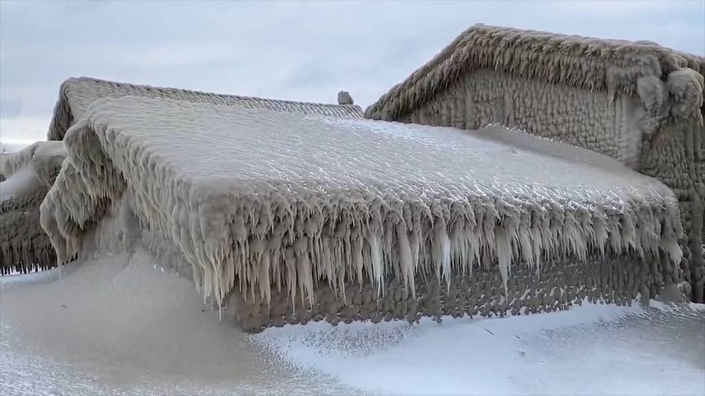 Wie aus einem Märchen: Dicke Eisschicht bedeckt Häuser in USA