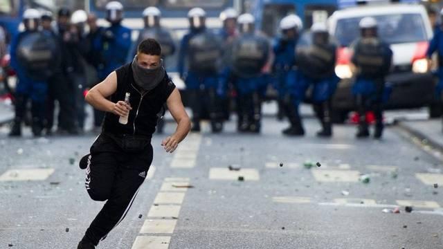 Die Polizei nahm am ersten Mai 542 Personen fest (Symbolbild)