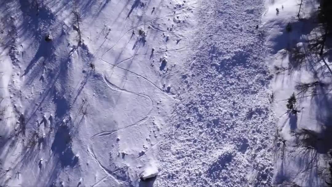 Lawine reisst im Wallis vier Skiwanderer mit - ein Toter