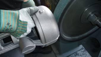Zum Beispiel in der Gussnachverarbeitung gibt es Arbeit für ausgesteuerte Sozialhilfeempfänger.  Foto: zvg