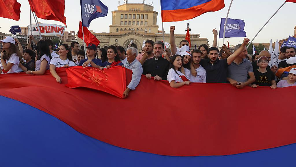 Anhänger des ehemaligen Präsidenten Kocharyan nehmen an einer Kundgebung zu seiner Unterstützung vor den bevorstehenden Parlamentswahlen im Zentrum von Jerewan teil. Die vorgezogenen Parlamentswahlen findet am Sonntag, 20. Juni 2021, statt. Foto: Sergei Grits/AP/dpa