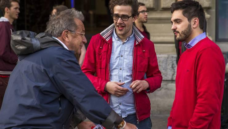David Roth, Präsident der JUSO, und Cedric Wermuth, Vater der 1:12 Initiative, im Gespräch mit einem Passanten