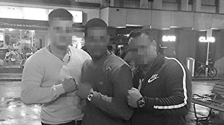 """""""Carlos"""" (Mitte) posiert mit einem der Ex-Posträuber vom Überfall auf die Fraumünster-Post und einem Kollegen an der Zürcher Langstrasse."""
