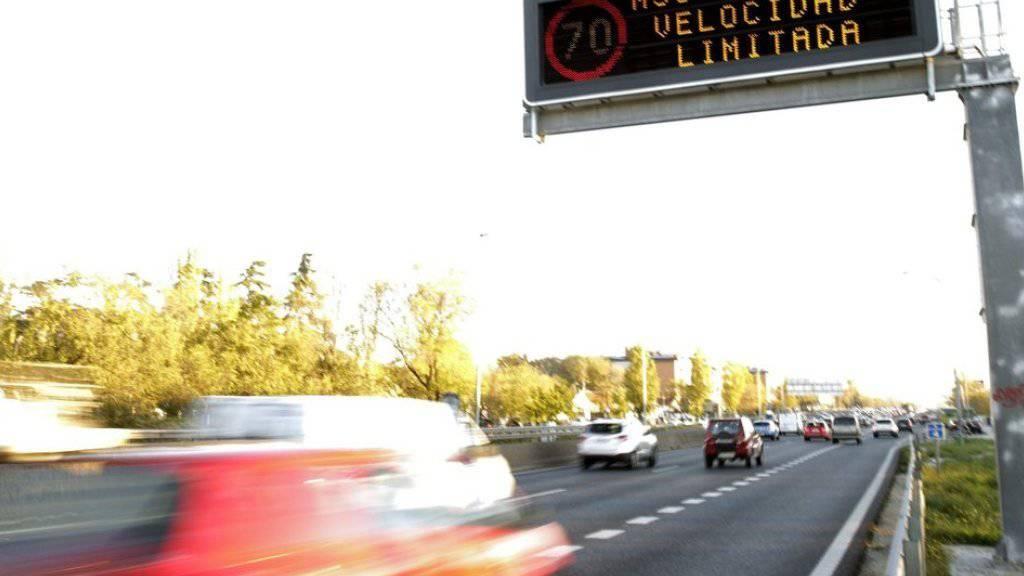 Eine elektronische Tafel signalisiert am Donnerstag in Madrid die Temposenkung auf 70 km/h.