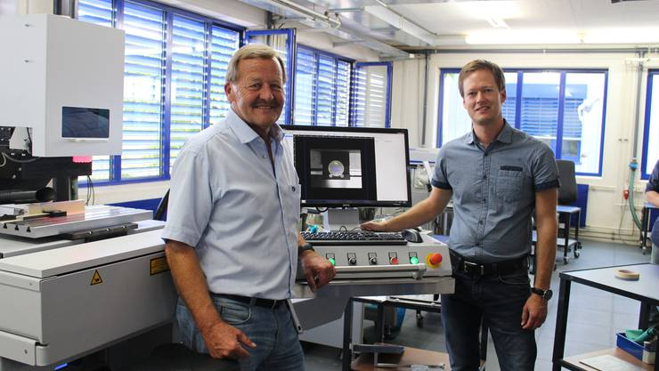 Rolf (l.) und Andreas Merz stehen vor ihrem ganzen Stolz: Dem Piko-Laser.