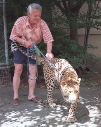 Otto Russi und sein Leopard Ravi im Jahr 2000. Bilder neu eingelesen anlässlich des vermutlichen Tods des Leoparden.
