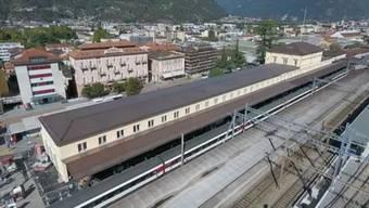 Drohnenaufnahmen zeigen das neue Bahnhofsgebäude in Bellinzona von oben.
