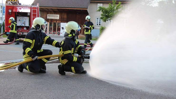 Feuerwehrleute bei Löscharbeiten