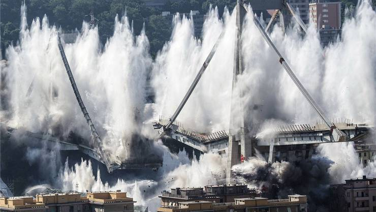 Beton und Wasser explodieren in Genua: Das Ende des Morandi-Viadukts.