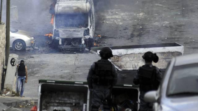 Ein junger Palästinenser provoziert zwei Polizisten