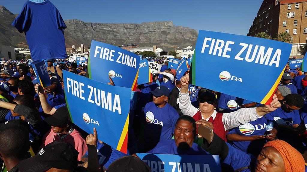 Anhänger der südafrikanischen Opposition fordern eine Absetzung von Staatschef Jacob Zuma.